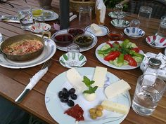 Picture of a typical Turkish breakfast plate in Istanbul, Turkey Breakfast And Brunch, Turkish Breakfast, Breakfast Plate, Best Breakfast, Breakfast Recipes, Lebanese Breakfast, Breakfast Around The World, Turkish Recipes, C'est Bon