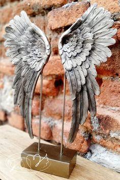 Velká Andělská křídla, jež jsou součástí masivního stojanu.   Křídla jsou velmi těžká a precizně propracovaná - každé peříčko je trošku jiné a vypadají hodně reálně. Jsou i silná na tloušťku.   Ideální dekorace do interiéru - postavení na krb, nebo komodu či polici. Jsou velmi pěkná.  Barva křídel je Zlatá - Je to nejmocnější léčivá barva ze všech, která se spojuje s dlouhým životem a nesmrtelností a poskytuje příliv léčivé energie.  Velikost 41cm Bird, Drawings, House, Home, Birds, Sketches, Drawing, Portrait, Homes