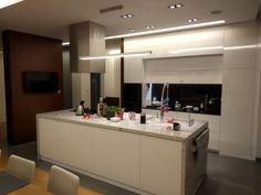 #meble kuchenne #fronty wysoki połysk #blaty kamień naturalny#kamień w kuchni