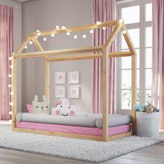 A cama casinha montessoriana também fica linda em quarto de menina! Combine com as cores de sua preferência!