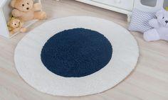 O Tapete Redondo Carapinha Azul Marinho 90cm é super charmoso! Esse acessório ajuda a deixar o quarto de bebê azul marinho mais acolhedor e confortável graças ao tecido extra macio!