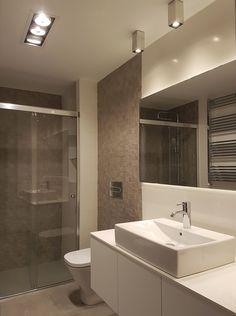 Baño de diseño minimalista. Espejo con luz de led traserea para iluminación ambiental. Revestimientos en porcelanico rectificado. Lavabo sobre encimera. Encimera en tablero estratificado compacto de núcleo blanco. Sanitario con cisterna empotrada. Proyecto diseñado y desarrollado por AZ diseño. Google Storage, Toilet, Bathtub, House Design, Interior Design, Mirror, Bathroom, Furniture, Home Decor