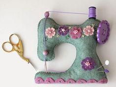 Easy Felt Crafts, Felt Diy, Vintage Sewing Notions, Vintage Sewing Machines, Sewing Spaces, Sewing Rooms, Needle Case, Needle Book, Craft Organization