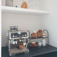 158 vind-ik-leuks, 58 opmerkingen - Sandra (@huize_kapitein) op Instagram: '《First I drink the coffee, then I do the things》 Ben jij een coffeelover of meer van de thee? Ik…' Coffe Bar, Coffee Bars In Kitchen, Copenhagen, Sweet Home, Kitchen Appliances, Decorations, Inspiration, Home Decor, Houses