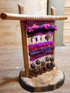 Telar decorativo de pie. Aplicaciones de piñitas y variadas lanas.
