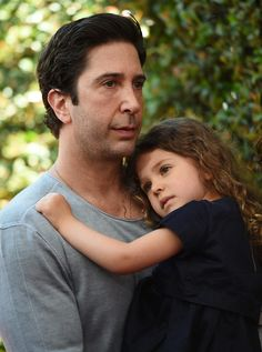 Pin for Later: David Schwimmer Shows Off His Adorable Daughter, Cleo, in a Rare Red Carpet Appearance Friends Tv Show, Serie Friends, Friends Cast, Friends Moments, Ross And Rachel, David Schwimmer, Ross Geller, Chandler Bing, Friend Outfits