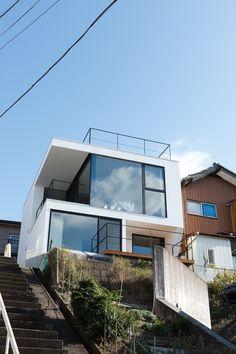 일본 도쿄의 어느 동네 언덕배기의 코너에 자리하고  있는 목조 3층 주택, Vista  House! 집에 붙여진 이름답게 북쪽 동네의 풍경이 전부  내려다 보이는 이 곳, 서울 남산아래 후암동의 108계단이 떠오르는 동네 같은 곳! 가파른 골목길 자그마한 산동네 같은 곳이지만 지형의 기울기에서 얻어지는 풍경과 밝고 매끄..