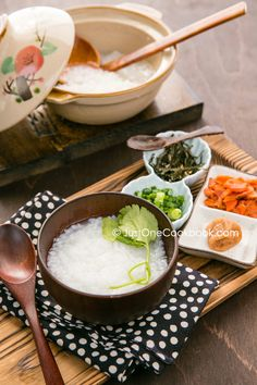 Simple and easy homemade rice porridge recipe. All you need is water and rice. Garnish with scallions, salted salmon, and nori. Easy Japanese Recipes, Japanese Food, Asian Recipes, Porridge Recipes, Simple Rice Porridge Recipe, Tofu Dishes, Hot Pot, Rice Recipes, Recipies
