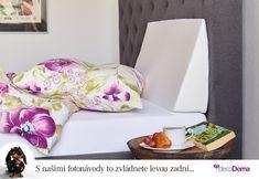 Taky si někdy představujete, že nevylezete z postele? Pro dokonalé pohodlí nejen pro spaní, ale i pro čtení a sledování televize vám nesmí chybět klínový podhlavník.