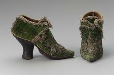 1690-1720, probably Italy - Pair of women's buckle shoes - Silk velvet, embroidered with metallic yarns, trimmed with metallic fringe,silk ribbon, leather sole and wood heel