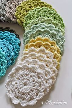 Easy DIY vintage burlap spring art with bird Spring Colors, Spring Flowers, Double Crochet, Easy Crochet, Knitting Patterns, Crochet Patterns, Diy Coasters, Crochet Instructions, Crochet Flowers