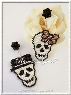 Skull teschi in brick stitch e peyote Hama Beads Patterns, Seed Bead Patterns, Jewelry Patterns, Beading Patterns, Beading Ideas, Perler Beads, Fuse Beads, Bead Crafts, Jewelry Crafts