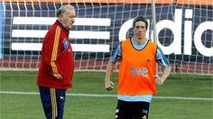 Spanish national team striker Fernando Torres (R) exercises next to head coach Vicente del Bosque (L