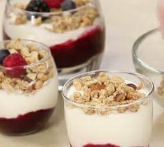Yogurt sundaes with berries - quick recipe Easy Holiday Recipes, Quick Recipes, Quick Easy Meals, Amazing Recipes, Holiday Meals, Healthy Recipes, Sweet Desserts, Just Desserts, Dessert Recipes