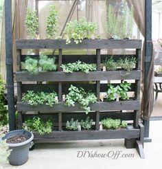 Free-Standing Vertical Pallet Garden | DIY Vertical Gardening #diyready www.diyready.com
