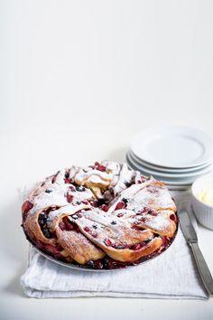 Tripple berry cinnamon swirl bread - looks delicious! Just Desserts, Delicious Desserts, Dessert Recipes, Yummy Food, Cinnamon Swirl Bread, Quiches, Love Food, Sweet Recipes, Baking Recipes