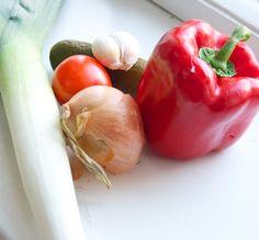 Hämmentäjä: Ihanat keittoainekset: purjo, paparika, tomaatti, valkosipuli, sipuli ja suolakurkku. Lovely soup ingredients; leek, bell pepper, tomato, garlic, onion and pickles.