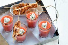 Als je deze gazpacho de dag van tevoren maakt, kunnen alle smaken goed intrekken. Zalig lekker met de kipspiesjes die je à la minute bakt!