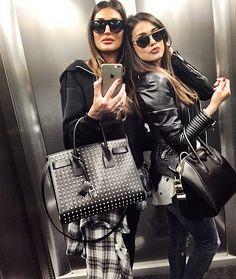 Cristina Buccino e la sorella Donatella, look cordinato in ascensore: foto