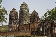 Wat Si Sawai, Parco Storico di Sukhothai Wat Si Sawai si riconosce facilmente per i tre grandi prang in stile Khmer. E' uno dei templi più antichi del parco storico di Sukhothai. All'interno del complesso, alberi maestosi ed un grande stagno, che semicirconda il santuario, rendono lo scenario spettacolare e spirituale. #thailand #sukhothai #temple
