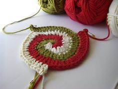 If I only knew how to crochet.Spiral Crochet Tutorial - This leads to the most adorable potholders! I've been wanting to make my own potholders for awhile now. Crochet Design, Crochet Motifs, Knit Or Crochet, Crochet Crafts, Yarn Crafts, Crochet Stitches, Crochet Hooks, Crochet Potholders, Crochet Cushions