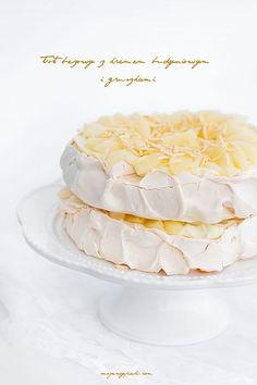 Tort bezowy z kremem budyniowym i gruszkami