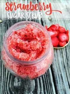 DIY Strawberry Sugar Scrub Recipe - Homemade all natural sugar scrub with 4 simp.DIY Strawberry Sugar Scrub Recipe - Homemade all natural sugar scrub with 4 simple ingredients. Great gift idea for Valentine's Day! Sugar Scrub Homemade, Sugar Scrub Recipe, Simple Sugar Scrub, Homemade Sugar Scrubs, Sugar Hand Scrub, Peppermint Sugar Scrubs, Organic Homemade, Diy Beauté, Diy Spa