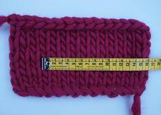 Hallo Knitters,Von dicker Schafwolle über Baumwolle bis hin zu Textilgarn, auf unserer Website könnt ihr euer Lieblingsgarn wählen. Aber wie macht man es, wenn das Lieblingsmodell für eine andere Wolle gedacht ist?Deshalb möchten wir euch heute zeigen, wie ihr eine Anleitung ganz einfach für ein anderes Garn anpassen könnt.Als Beispiel nehmen wir unsere Eva Vest, die wir für dicke Schafwolle anpassen wollen:Als Erstes müsst ihr eine Maschenprobe in dem Garn deiner Wahl anfertigen. Diese ...