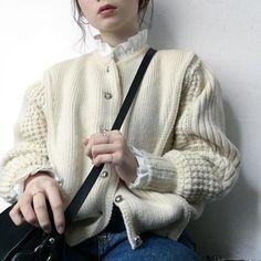 人生1の肌荒れなう。右頬、口周りがやばいです。先週インスタント食べすぎたからかなあ…。 #ootd#この前の上半身#knit#adametrope #フリルシャツ#used#vintage#今日の服#この前の服