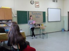 Dnia 9 grudnia 2014 r. na lekcji języka polskiego w klasie 2a miała miejsce niecodzienna sytuacja. W związku z Tygodniem z Czytaniem rozmawialiśmy o książkach czytanych przez gimnazjalistów i zastanawialiśmy się, jakie są gusta czytelnicze młodzieży. Na wzór popularnego programu zorganizowaliśmy ROZMOWY W TOKU. Zastanawialiśmy się, czy gimnazjaliści czytają książki.