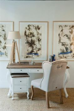 Dit meubel is een eettafel en bureau in één. Zoals alle meubelen uit de Driftwood serie is het blad gemaakt van originele, oude schuurdeuren. Er is ook een bijpassend bureaukastje. Handig voor de zakelijke correspondentie of leuke liefdesbrieven. Het kastje kan natuurlijk ook als nachtkastje of bijzettafeltje worden gebruikt.