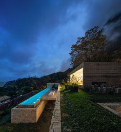 Amazing clifside lap pool with ocean view, Studio Arthur Casas designed the Casa AL in Rio de Janeiro, Brasil