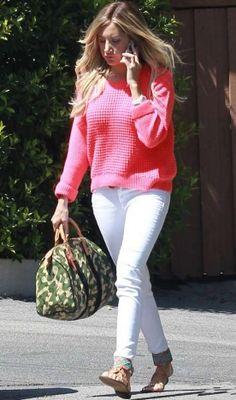Ashley Tisdale arrasou no look de dia a dia com calça skinny branca, tricô pink e rasteirinhas. A bolsa militar é da Louis Vuitton!