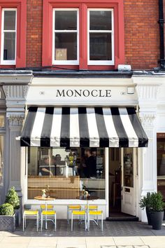 Looking for the best coffee in London? Updated regularly, these are the coolest coffee shops in London serving up the tastiest coffee – from Monmouth Coffee to Prufrock Coffee Shop Bar, Best Coffee Shop, Coffee Shop Design, Best Markets In London, London Places, Best Coffee In London, Monocle Cafe, Porch Cafe, Watercolor Architecture