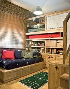 O pé-direito de 2,80 m permitiu à designer de interiores Paola Ribeiro colocar uma das camas no andar de cima, onde dorme Pedro, de 11 anos....