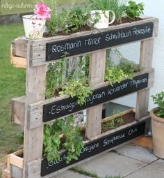 Green garden ideas - urban gardening is all the rage!- Grüne Garten-Ideen – Urban Gardening liegt voll im Trend! DIY garden idea easy with a pallet for plants *** DIY garden idea for organizing plants with a pallet - Herb Garden Pallet, Diy Herb Garden, Pallets Garden, Wood Pallets, Spice Garden, Pallet Gardening, Herbs Garden, Green Garden, Herb Plants