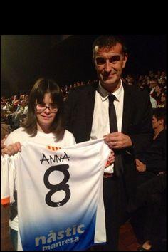Amb el President del Nàstic de Manresa, mostrant la samarreta de l'equip amb la lletra 'Anna'