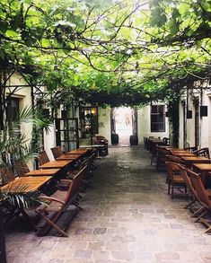 Take a walk through the most beautiful secret passages and courtyards in Vienna. Have fun and be enchanted! Restaurants In Paris, Passage Secret, Courtyard Restaurant, Building Raised Garden Beds, Heart Of Europe, Garden Care, Amazing Gardens, Vienna, Most Beautiful