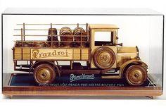 Dřevěný model nákladního vozidla - pivovarský vůz Praga i s podstavou.