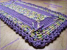 Este é um tapete retangular bem simples, todo em pontos baixos, em trapilho lilás e um estampado em que um dos tons é também lilás.        ...