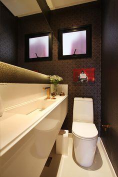 Decoração de: Lavabo; papel de parede preto e cobre; Casa de Valentina