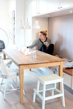 Een grote tafel maar met krukjes en een bankje werkt goed in een kleine kamer.