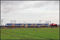 HARMELEN - Wegsleepdienst DBS 6430 is net gearriveerd om SLT 2403 met een afgebroken stroomafnemer weg te slepen naar Breukelen. De mannetjes van Prorail inspecteren de trein op schade en demonteren zometeen een deel van de stroomafnemer.