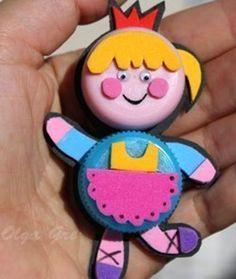 Két-három műanyag kupak, apró színes filcdarabkák (vagy keménypapír) és ragasztó szükséges a képsoron látható kis játékoknak az elkészítés...