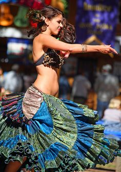 Tribal/Gypsy style -- I want that skirt! Danza Tribal, Tribal Belly Dance, Tribal Fusion, Gypsy Style, Boho Gypsy, Line Dance, Estilo Tribal, Chica Fantasy, Mode Costume