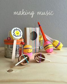 Making Music - make 6 instruments yourself-Making Music – selber 6 Instrumente basteln Have a look in the picnic basket or what you have left over from last summer party: balloons, paper plates, wooden cutlery, plastic spoons, b … - Music For Kids, Diy For Kids, Crafts For Kids, Diy Crafts, Instrument Craft, Homemade Musical Instruments, Make Your Own, Make It Yourself, Music Crafts