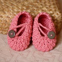 crochet baby booties sapatinho de croche. Detalhe fofo do botão
