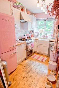 I wonder if hubby would mind this kitchen? Pretty pink <3