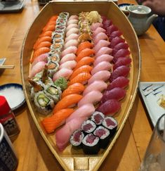 [I ate] Sushi Boat : food Cute Food, I Love Food, Yummy Food, Sushi Comida, Sushi Boat, Sushi Platter, Sushi Buffet, Japanese Food Sushi, Sushi Recipes