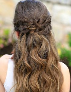 After a lot of deliberation you may have found the dress but still not at ease for the hairstyle of prom night you are going to attend. Braids are the entire craze these days. Before eliminating braids hairdo check out these braided prom hairstyles. These
